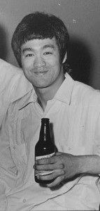 1971-bruce-lee-drinking-beer--presidente--in-dominican-rep--2----kopie.jpg